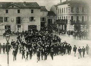 Demonstration at the place Gambetta in Carmaux, (late 1895) (Archives de la ville de Blois)
